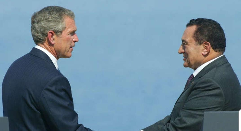 """كاتب سياسي مصري: مبارك كان يتعمد استفزاز بوش الابن بعبارة """"سلم لي على أبوك"""""""
