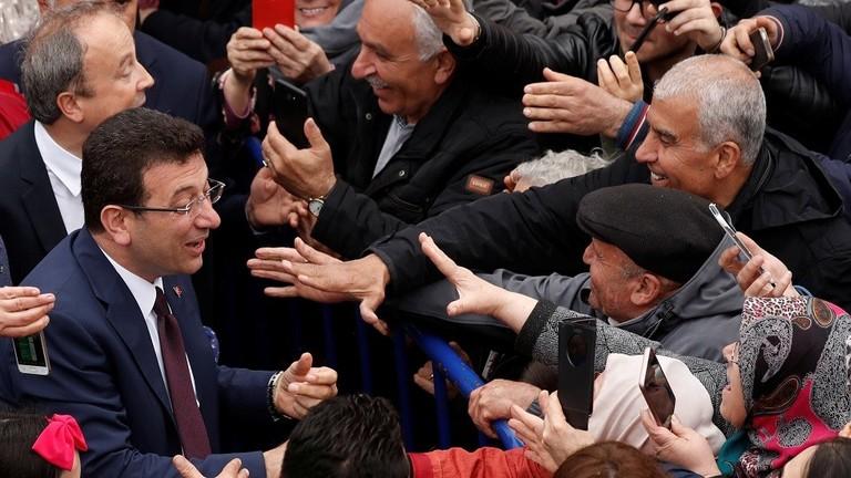 """مرشح حزب """"الشعب الجمهوري"""" التركي المعارض يتسلم وثيقة رئاسة بلدية اسطنبول"""