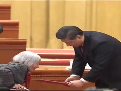 الرئيس الصيني ينحني أمام سيدة ساهمت في تخليص بلاده من الفقر!