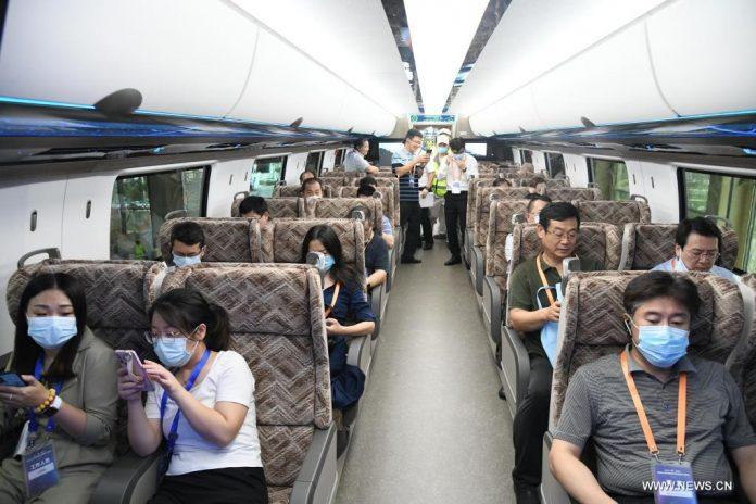 أول قطار مغناطيسي في العالم بسرعة 600 كم/ساعة يغادر خط التجميع في شرقي الصين